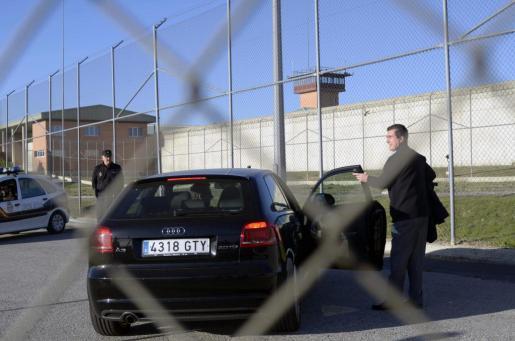 El exministro y expresidente de Balears, Jaume Matas, sube a un coche tras abandonar el módulo de régimen abierto del centro penitenciario de Segovia, donde cumple condena de nueve meses por un delito de tráfico de influencias.