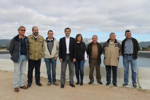 Biel Company y las autoridades locales visitaron la nueva balsa en Consell, situada en Mainou.