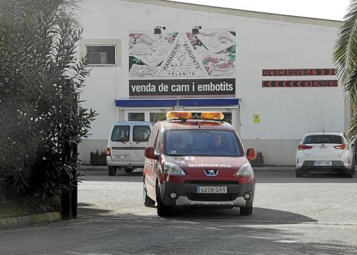 Un vehículo de los bomberos sale de la empresa «Ramaders Agrupats», donde se produjo el accidente laboral de dos trabajadores.