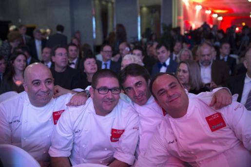 De izda. a dcha. los chef Dani García, José Carlos García y Ángel León posan al inicio de la presentación de la Guía Michelín.