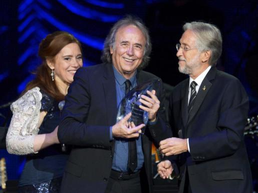 El cantante español Joan Manuel Serrat (centro) recibe el premio a la Persona del Año por parte de la Academia Latina de la Grabación de manos de su presidente, Neil Portnow, y la presentadora de la ceremonia en su honor, Laura Tesoriero (izda).