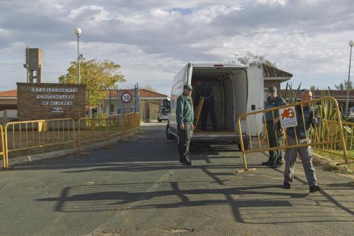 Agentes de la Guardia Civil colocan unas vallas en la puerta del centro penitenciario de mujeres de Alcalá de Guadaira (Sevilla), en el que se espera ingrese la tonadillera Isabel Pantoja.