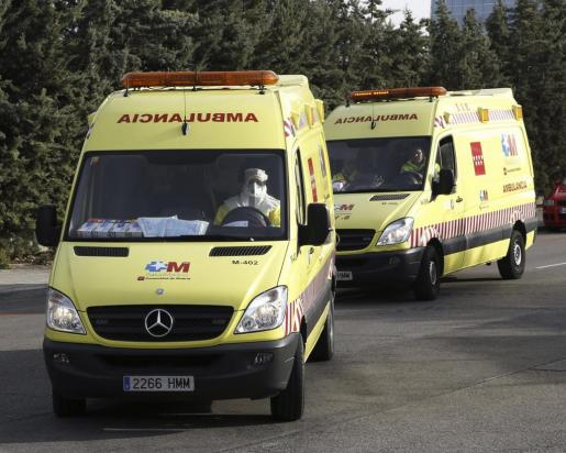 La ambulancia que traslada a la médico cooperante española que podría haberse contagiado de ébola en Malí, abandonando la base aérea de Torrejón de Ardoz, en dirección al Hospital Carlos III.