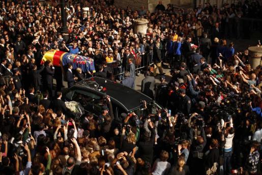 El ataud de la duquesa de Alba es trasladado a hombras a la catedral de Sevilla en medio de una multitud.