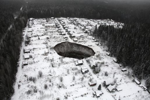 Fotografía facilitada por la Oficina de Prensa de la compañía Uralki de una vista aérea de un socavón situado a 3,5 kilómetros de la mina Solikamsk 2 en la región de Perm (Rusia) este viernes 21 de noviembre de 2014. El agujero, de 20x30 metros de longitud, podría aumentar pero según los servicios de emergencia locales no hay peligro de que alcance la localidad más próxima situada a tres kilómetros o a la mina.