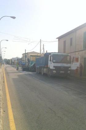 Momento del inicio de las tareas de mejora de asfaltado en la travesía de s'Aranjassa.