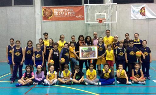 Autoridades y repersentantes del club de baloncesto en la presentación del cartel de la Fira de Santa Catalina de Bunyola.