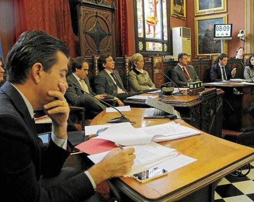 La tensión en el pleno de Cort entre los miembros del PP era palpable después de que se supiera que el alcalde había llevado a Fiscalía papeles que pueden incriminar a cargos del partido.