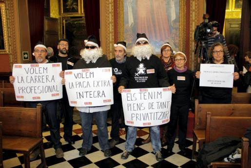 Sindicalistas de CCOO asistieron al pleno de Cort vestidos de Papá Noel con trajes negros para protestar por los recortes.