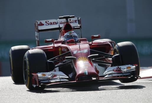 Fernando Alonso pilota su Ferrari durante la tercera sesión de entrenamientos de Abu Dabi.