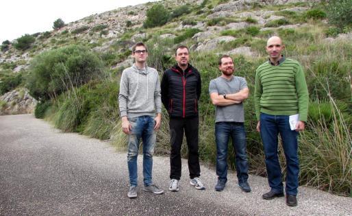 Los miembros de MÉS en los solares desclasificados de la urbanización del Vilar de Pollença.