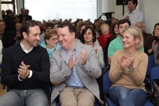 El presidente del Govern y del PP balear, José Ramón Bauzá, junto al candidato popular a la Alcaldía de Inca, Rafael Torres, y la consellera d'Educació Nuria Riera.