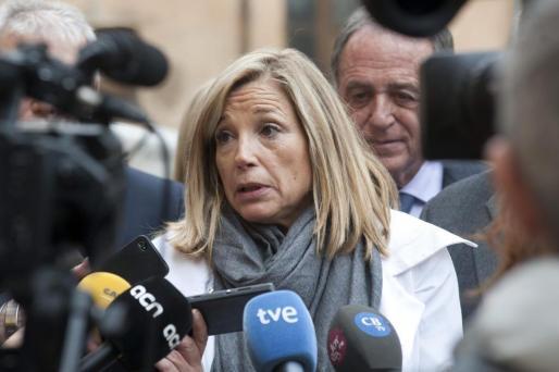 La vicepresidenta del Govern, Joana Ortega, contesta a las preguntas de los medios tras asistir en Sant Feliu de Guíxols a la inauguración de una exposición titulada 'Curarse en salud.