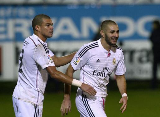 Pepe y Karim Benzema celebran el gol del francés ante el Eibar.
