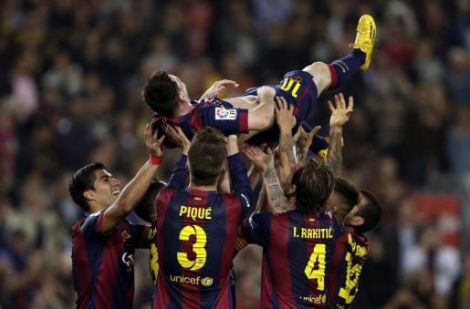 El delantero argentino del FC Barcelona Leo Messi es manteado por sus compañeros tras conseguir su segundo gol, con el que se convierte en el máximo goleador de la historia de la Liga.