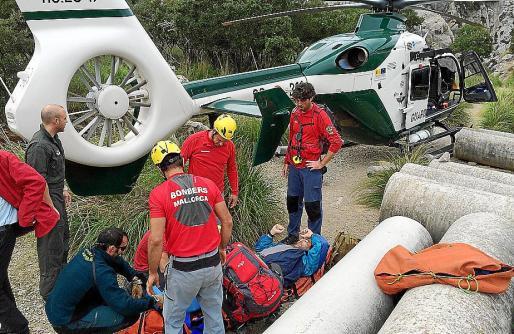 Momento en que el excursionista herido en el Torrent d'Almadrà es rescatado.