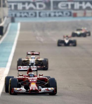 Fernando Alonso pilota su Ferrari durante el Gran Premio de Abu Dabi.
