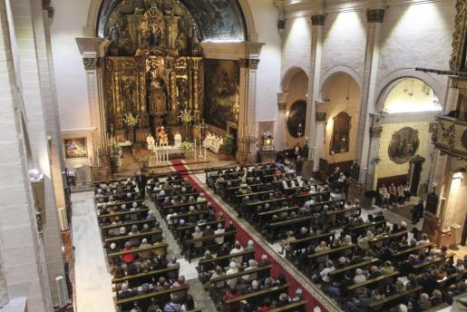 La iglesia de Sant Miquel estaba completamente llena de fieles, que acudieron a la eucaristía con motivo de su bendición tras la reforma que se ha realizado durante los dos últimos años.