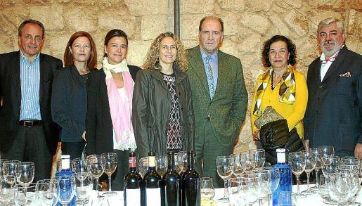 José Díaz, Marilena e Irene Jover, Carmen Sampol, Pablo Alvarez, Ketty Isern y Rafael Salas, ante los vinos de las primeras añadas de Macán.