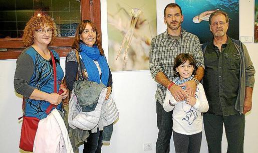Antonia Font, María José Díaz, Toni Garau -primer premio en Invertebrados-, Llum Garau y Javier Llabrés, ante la foto ganadora.