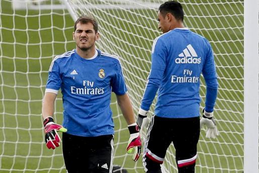 Los porteros del Real Madrid Iker Casillas (i) y Keylor Navas durante el entrenamiento realizado en la Ciudad Deportiva de Valdebebas .