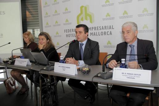 Aurelio Vázquez con los responsables de Holanda, Ana María Román; Milán, Mª Teresa de la Torre; y Berlín, Manuel Butler.