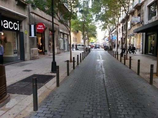 Los comercios de la calle Josep Tous i Ferrer se apuntan este viernes al Black Friday.