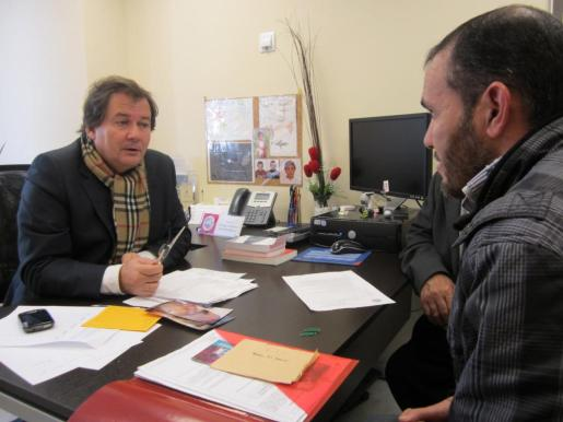 El abogado Juan María Ormazábal, en una imagen de archivo, atiende a una persona que acudió a la sede del colegio de Eivissa para realizar una consulta.