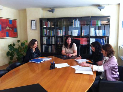 La presidenta del Colegio de Enfermería de Balears, Rosa María Hernández, durante una reunión con la consellera Carmen Castro.