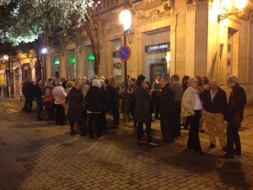Unas 70 personas se han congregado ante la sede del PP de Palma para mostrar su apoyo al alcalde Mateu Isern.