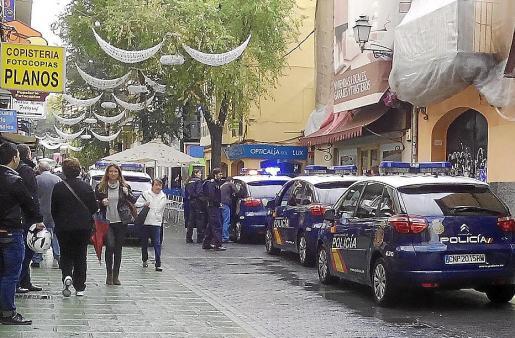 Momento en que el delincuente habitual es detenido en la calle Oms por agentes del Cuerpo Nacional de Policía.