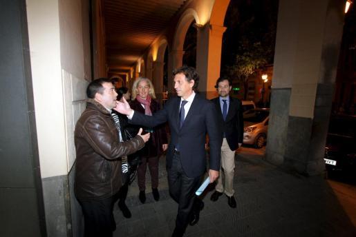 El alcalde Mateu Isern, junto a Andreu Garau, saluda a un simpatizante a su salida de la reunión de la junta territorial del PP de Palma.
