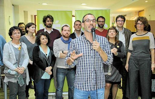 Biel Barceló con algunas de las personas elegidas en las primarias de MÉS, entre ellas (detrás de Barceló junto a Abril), Joan Lladó.