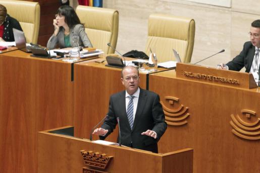 El presidente del Gobierno de Extremadura, José Antonio Monago (c), durante el Pleno del Parlamento de Extremadura.