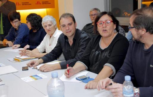 Joan Lladó, en el centro de la imagen, en la reunión que celebró Més tras las polémicas primarias de la formación