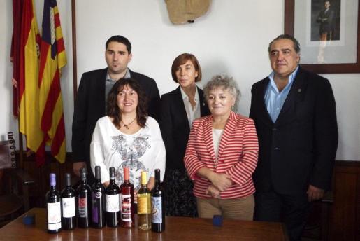 La regidora Maria Magdalena Borràs y la alcaldesa Rosa Vich junto a los premiados con el 'Brot de pi' Antoni Vich, Pilar Carbonell y Alfonso Robledo.