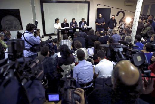 El secretario general de Podemos, Pablo Iglesias (2d), acompañado por la responsable de Análisis político del partido, Carolina Bescansa (i) y los economistas Vincenç Navarro (2i) y Juan Torres (d), durante la rueda de prensa que ha ofrecido para presentar el documento que servirá de punto de partida para elaborar el programa económico del partido.