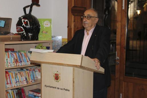 El escritor Miquel Segura tras el anuncio de que que su novela ha obtenido el premio Alexandre Ballester.