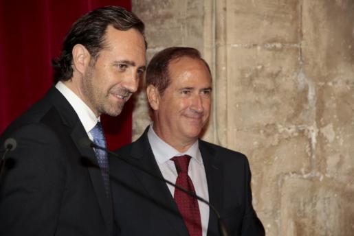 El president José Ramón Bauzá, junto al conseller d'Administracions Públiques, Juan Manuel Lafuente.