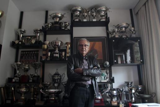 Damià Seguí en su despacho rodeado de trofeos.