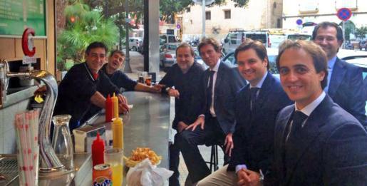 Mateu Isern, Jesús Valls, Andreu Garau y Álvaro Gijón se fueron a comer este jueves al Alaska después del pleno. Así se reconciliaron Gijón y los más afines a Isern y tranquilizaron a los responsables del Alaska, asegurándoles que no lo iban a cerrar.