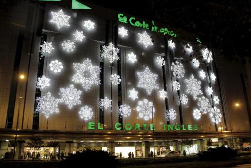 Edificios de Palma como el de El Corte Inglés de las Avenidas, ya lucen el alumbrado navideño.