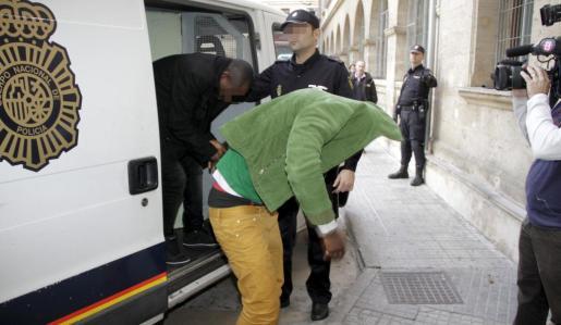 Los detenidos son acompañados del furgón policial a los calabozos del juzgado de guardia en Vía Alemania.
