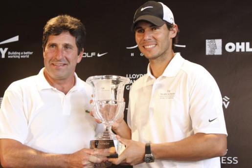 José María Olazábbal y Rafael Nadal posan con el trofeo del torneo solidario.