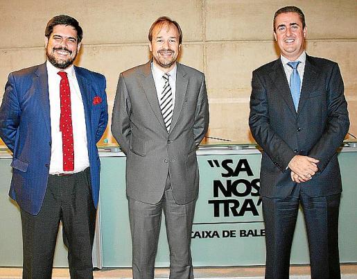 Javier Parra, director de Desarrollo de Negocio para España del IE; el director territorial de Baleares BMN, Antoni Serra; y el conferenciante, Manuel Romera.