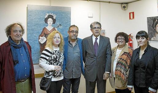 Nerudin Sans, Sandra de Jaume, Toni de la Mata, el cónsul Daniel Samaniego, Ángels Sans y Patricia de la Mata, ante una de la gheisas de la artista.