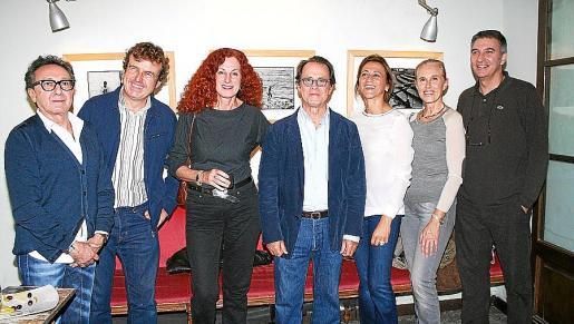 Jaime Llabrés, Mariano Mayol, Catalina Sureda, Miguel Font Jaume, Margarita Pérez-Villegas, Begoña Moragues y Jaume Gual, ante las obras de Font.