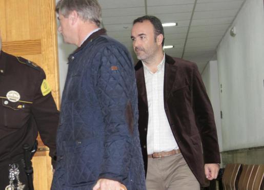 Gerardo Corral, entrando a la sala para declarar por el caso Nóos, junto a su abogado Pep Zaforteza.