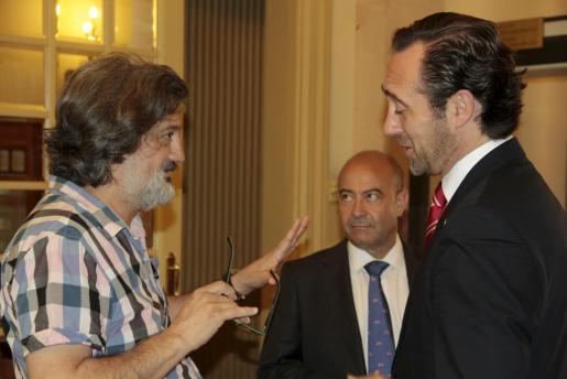 Biel Caldentey habla con José Ramón Bauzá y Antoni Gómez