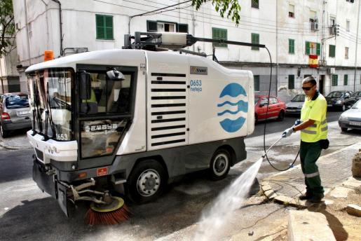 Emaya limpiando las calles de Palma.